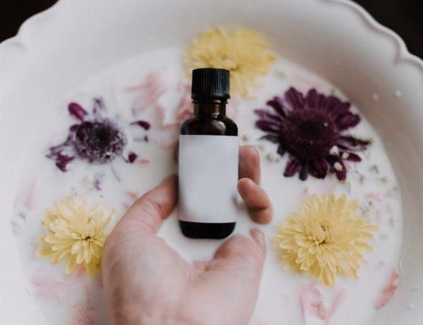 Beauté naturelle : quelle eau florale choisir selon mon type de peau ?