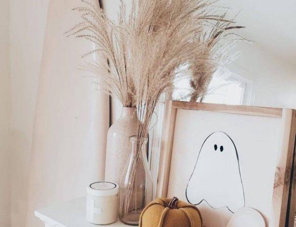Idée déco d'automne : fleurs séchées, citrouille en feutre et poste de fantôme